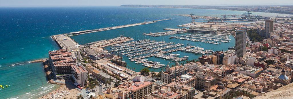 Ciudad y puerto de Alicante visto desde el Castillo